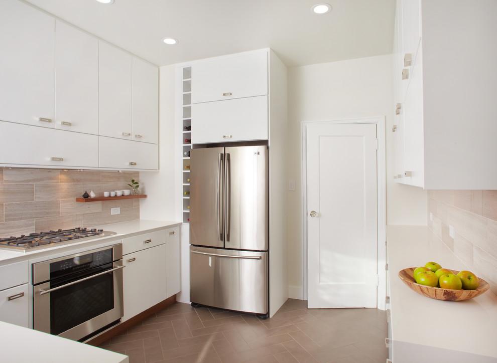 Вертикальный стеллаж для бутылок у холодильника