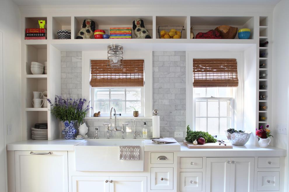 Открытые стеллажи в интерьере кухни
