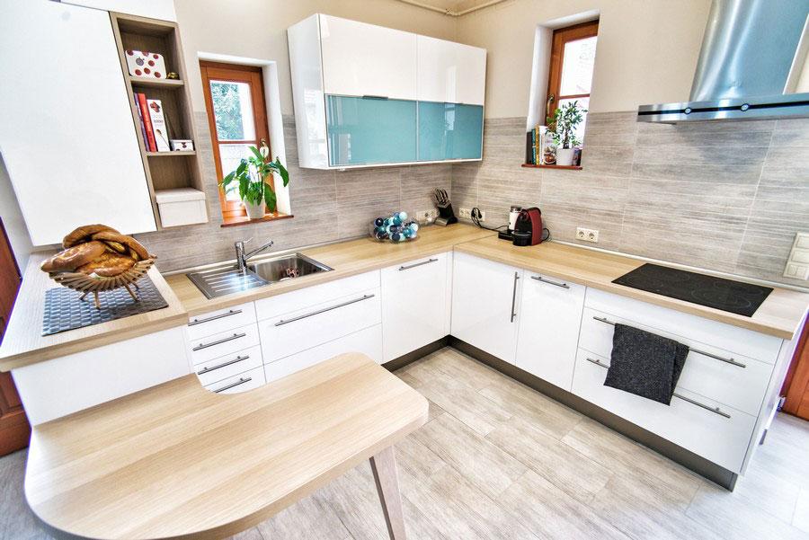 Угловая кухня с деревянным декором