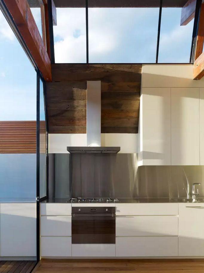 Виды кухонных вытяжек со своей системой воздуховода - фото 2