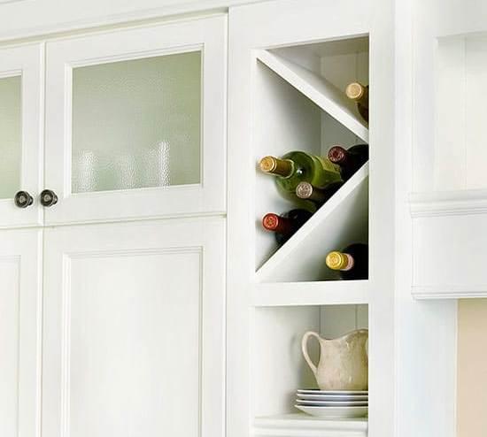 Интересный вариант использования столешницы в качестве винного шкафа для кухни