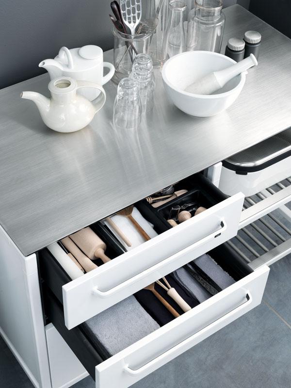Кухонные аксессуары в модульных ящиках из нержавеющей стали от Vipp