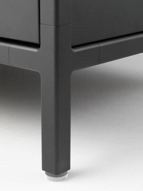 Модульная кухня из нержавеющей стали от Vipp: устойчивые ножки тумбы