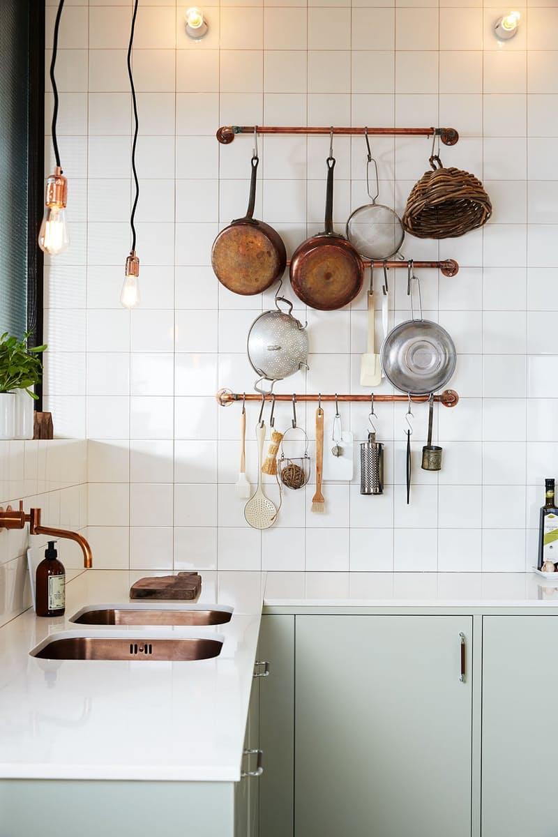 Скандинавский стиль в интерьере кухни с медными акцентами