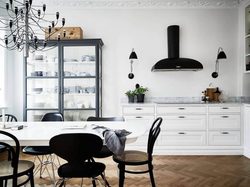 Скандинавский стиль в интерьере кухни со стеклянным шкафом