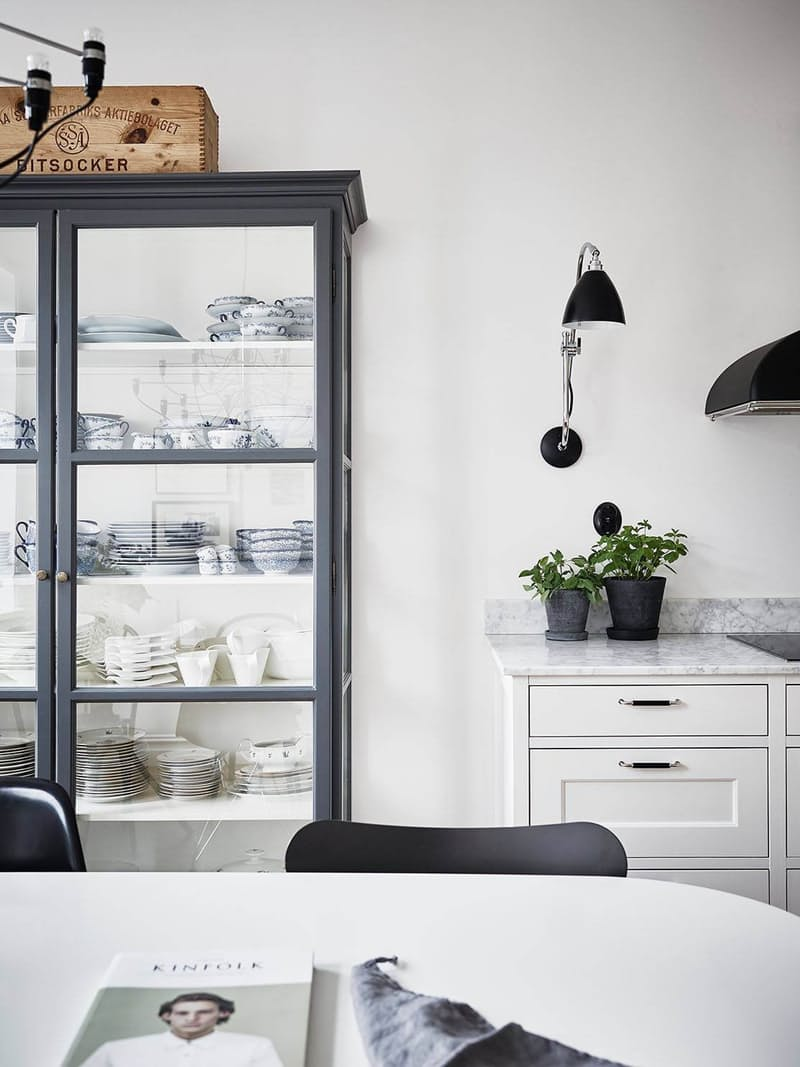 Скандинавский стиль в интерьере чёрно-белой кухни