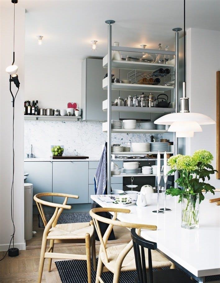 Скандинавский стиль в интерьере кухни с открытыми стеллажом