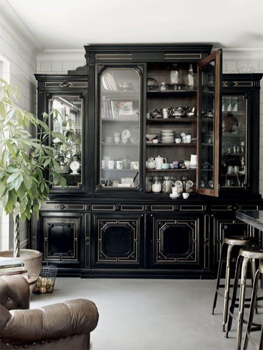 Скандинавский стиль в интерьере кухни с массивным буфетом
