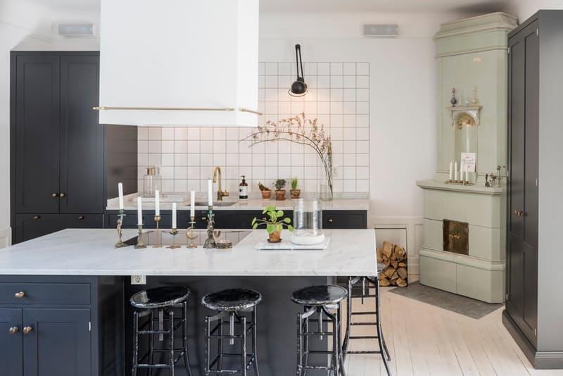 Скандинавский стиль в интерьере кухни с камином