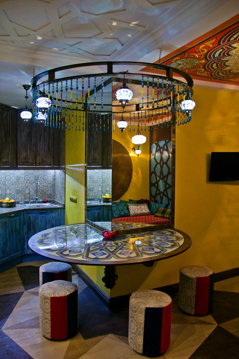 Круглый столик с пуфиками на кухне в восточном стиле