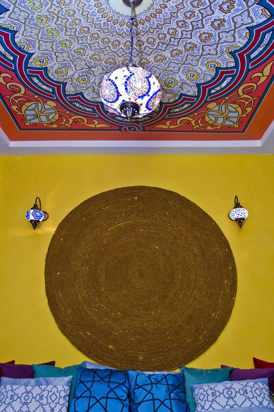 Круглый коврик на стене кухни в восточном стиле