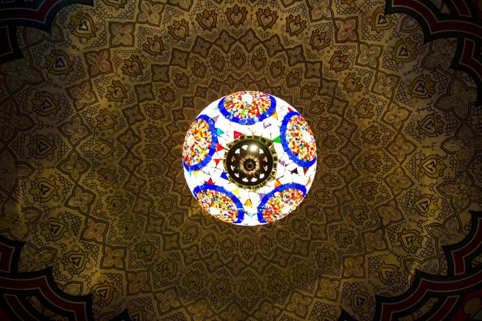 Восточный орнамент на кухонном потолке