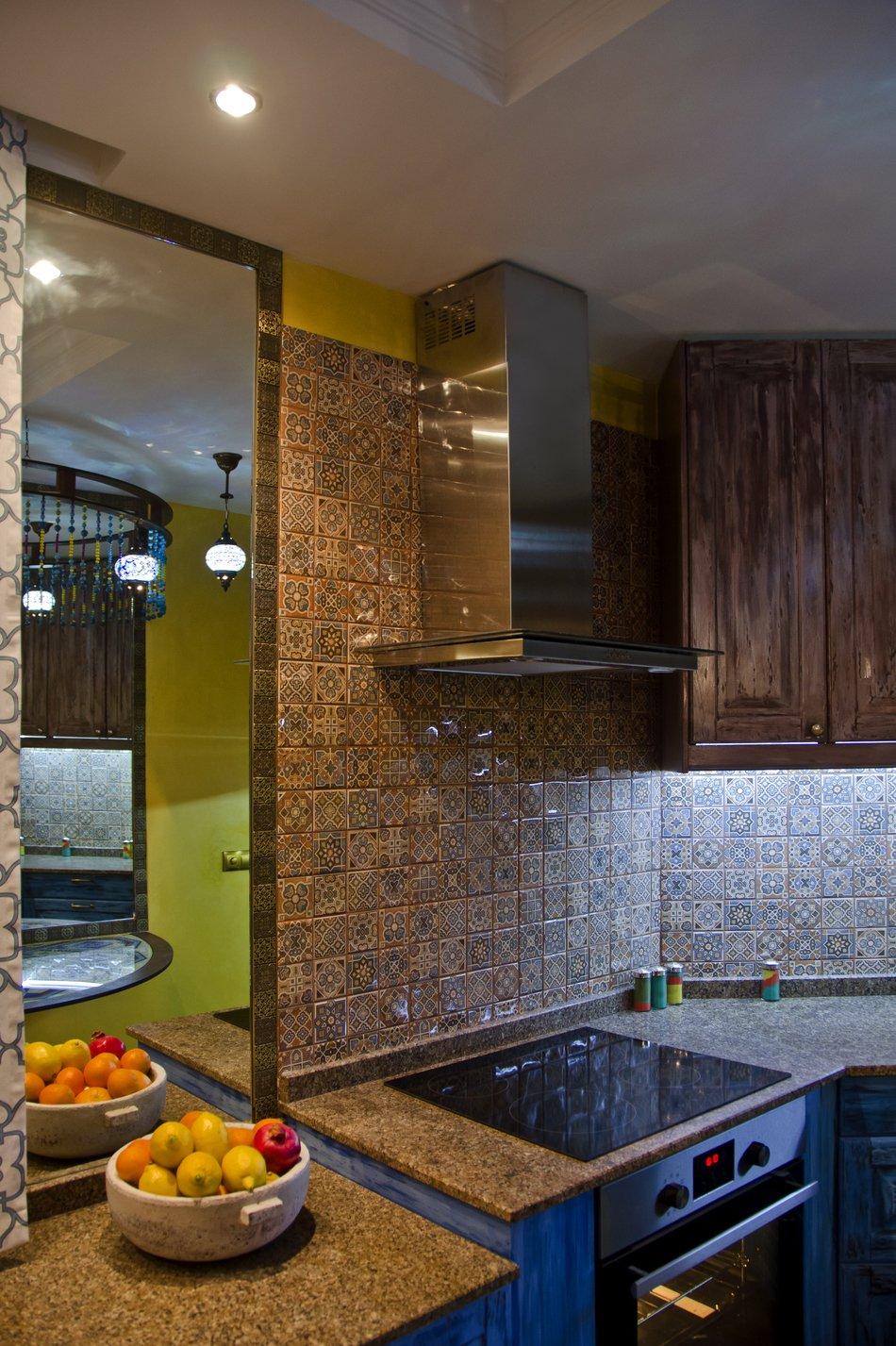 Индукционная плита на кухне в восточном стиле