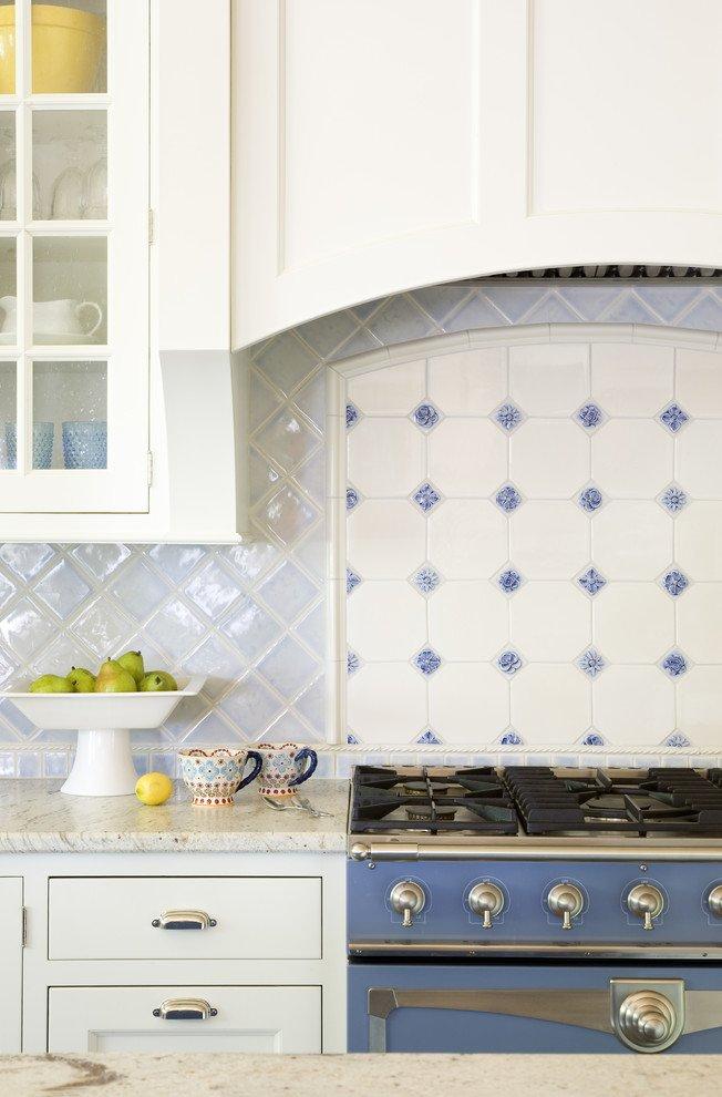 Дизайн белой кухни в классическом стиле от Terri Rose