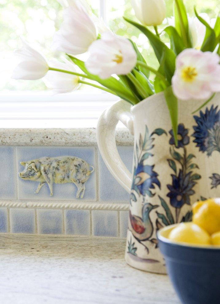 Букет цветов в керамическом кувшине