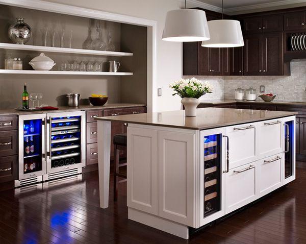Холодильники вмонтированы в конструкцию острова кухни