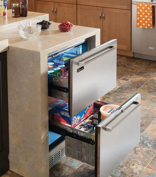 Ящики встроенного холодильника отделаны в цвет столешницы