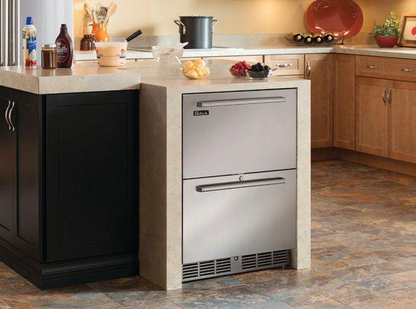 Имея отделку в цвет столешницы встроенные ящики хорошо смотрятся в интерьере кухни