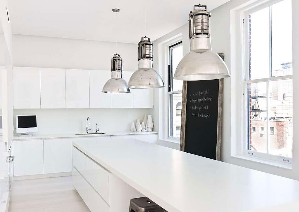 Интерьер белой кухни с чёрными акцентами