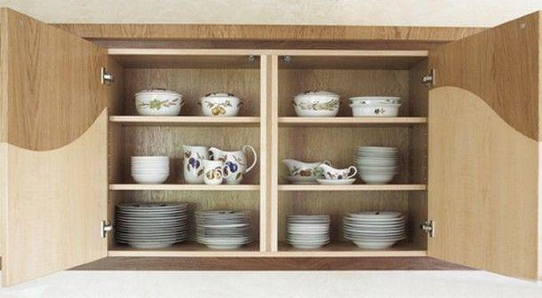 Керамическая посуда на полках деревянного шкафчика кухни Wave