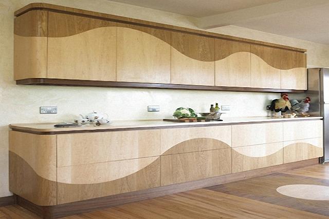 Оригинальный дизайн интерьера кухни без ручек из натурального дерева