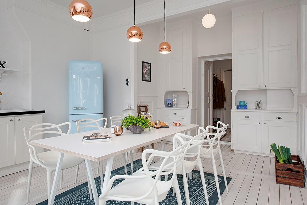 Круглые медные лампы в интерьере кухни