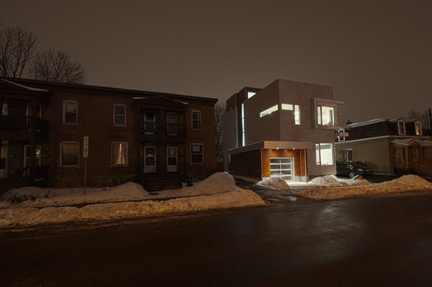 Потрясающий архитектурный вид дома в ночное время