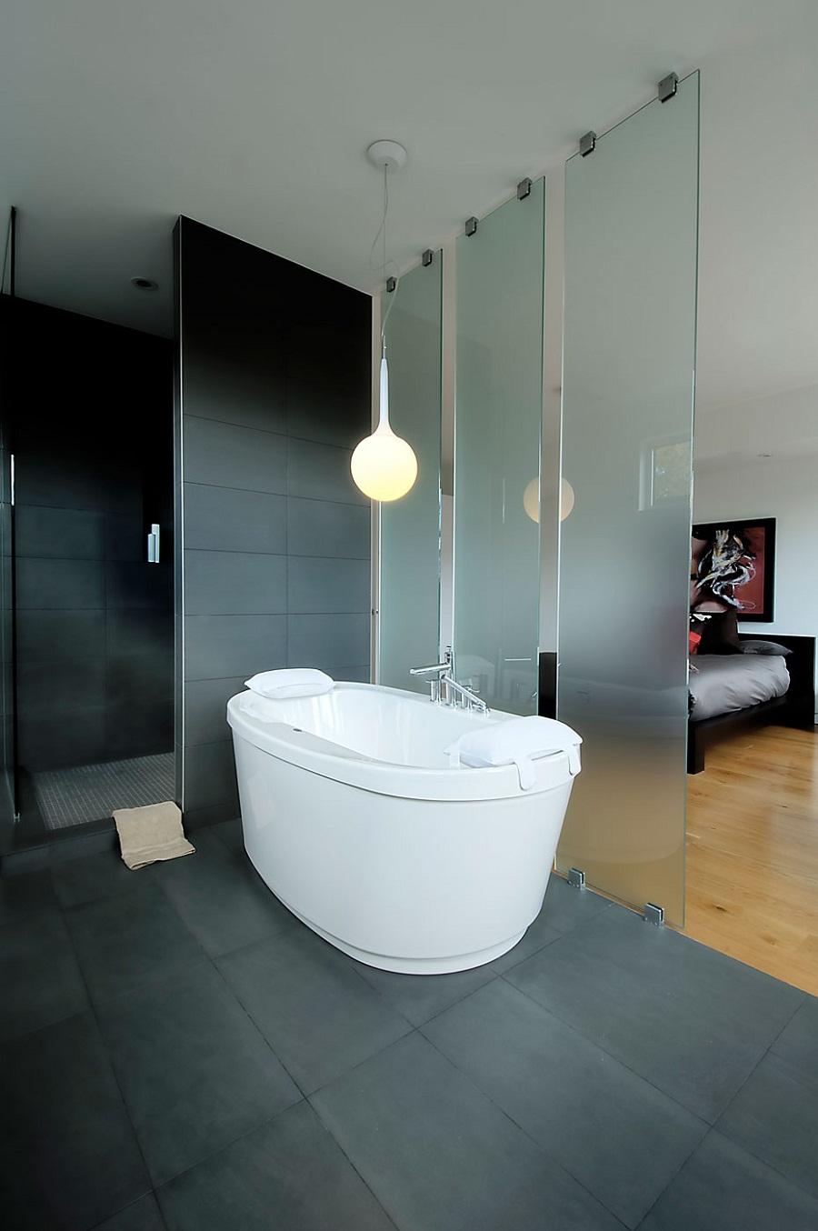 Ванная в спальне за ширмой из матового стекла