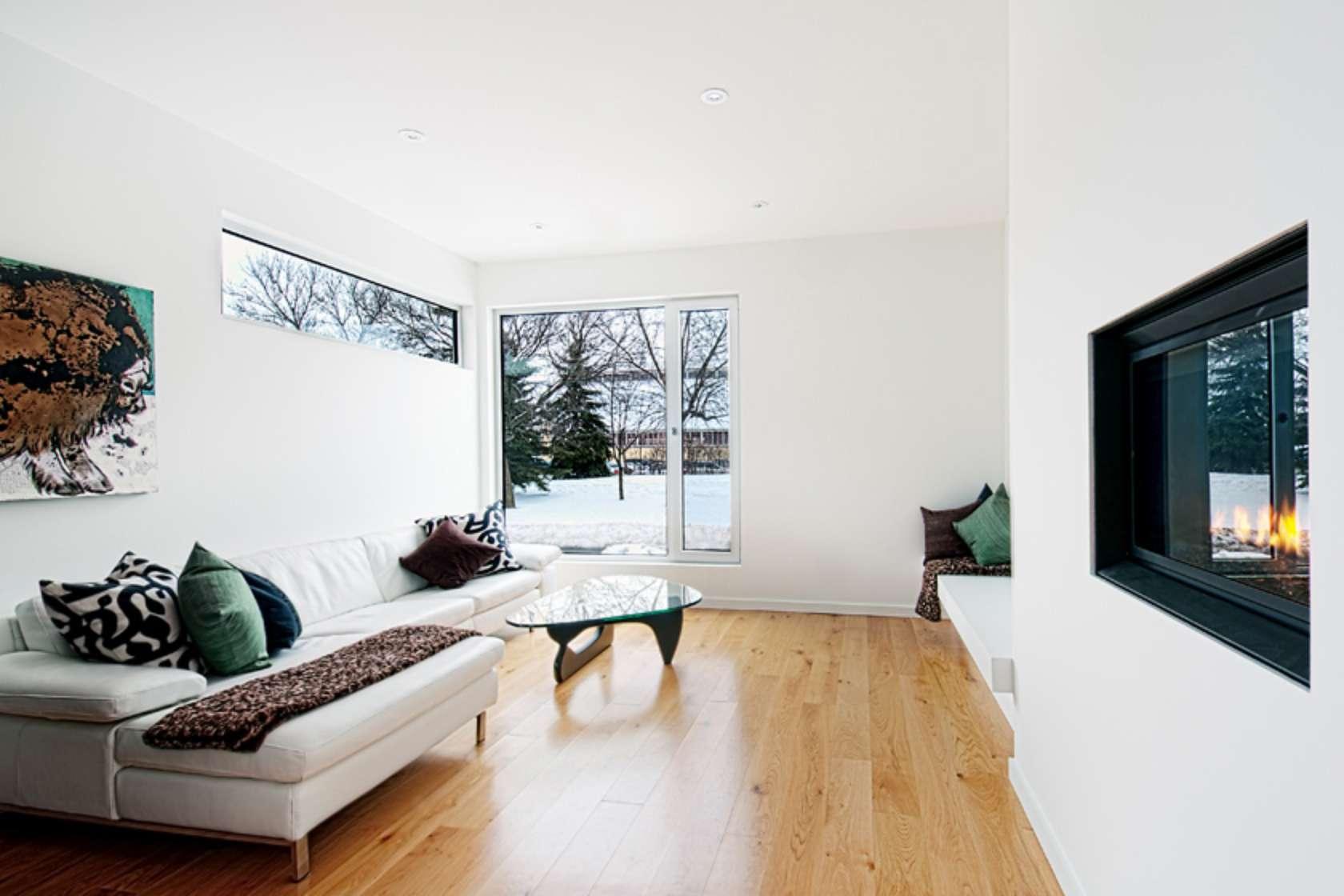 Уютная гостиная с большим окном и камином