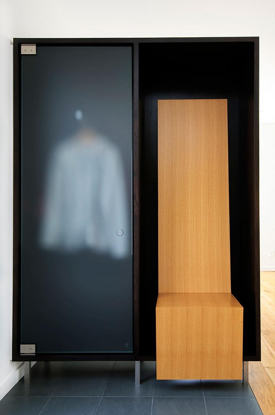 Стильный гардероб с дверцей из матового стекла и деревянным сидением с высокой спинкой