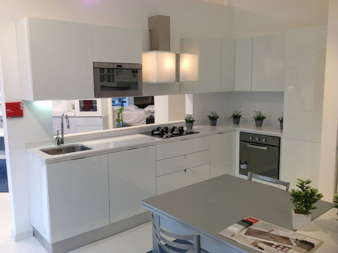 Элегантный дизайн интерьера кухни в белом цвете