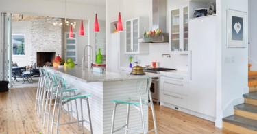 Элегантный дизайн белой кухни с яркими контрастными акцентами