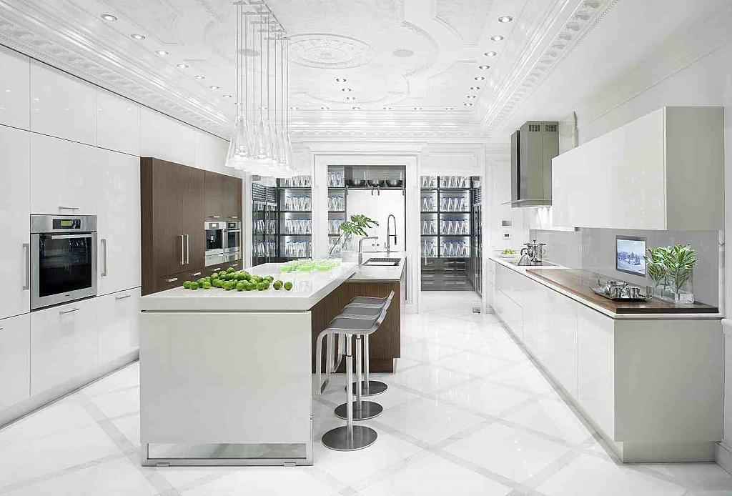 Островная кухня белого цвета