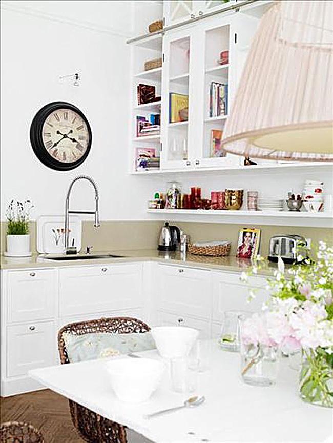 Большие настенные ретро-часы в интерьере белой кухни