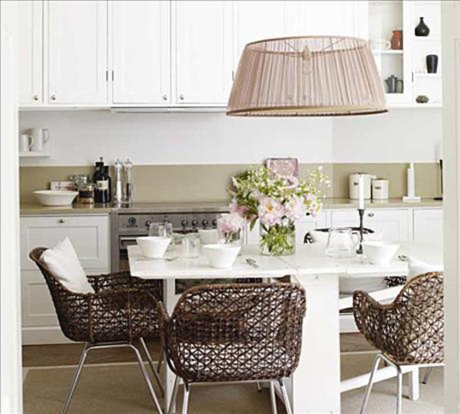 Плетёные кресла в интерьере белой кухни