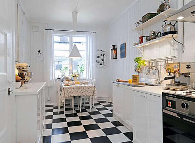Чёрно-белые полы с шахматным узором в интерьере белой кухни