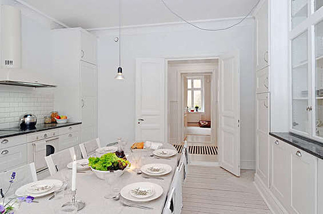 Элегантный сервированный стол в интерьере белой кухни