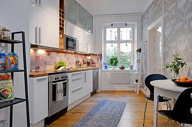 Цветочные принты на стене кухни в белой гамме