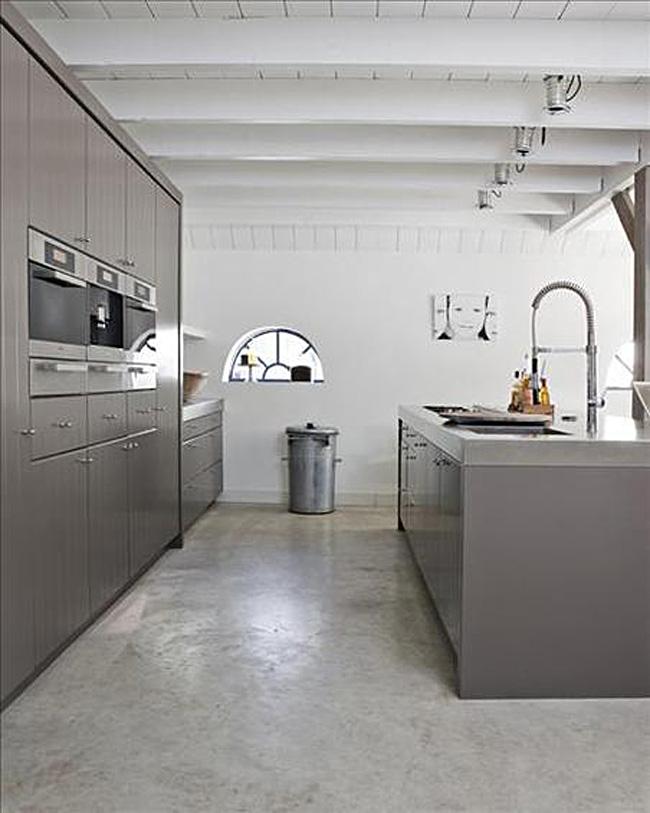 Белый деревянный потолок в дизайне серой кухни