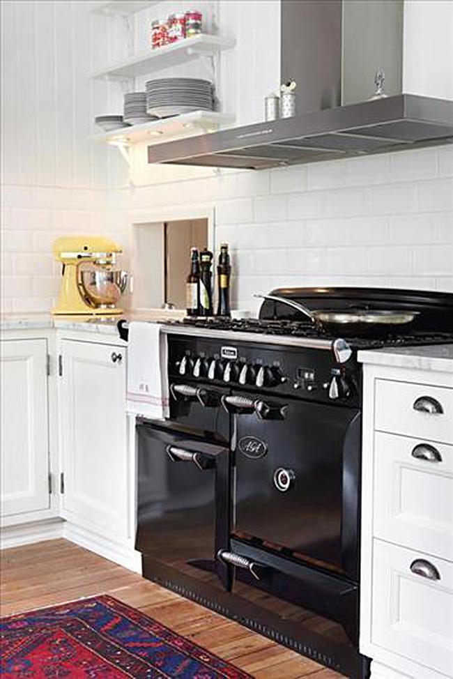 Чёрная плита в дизайне белой кухни