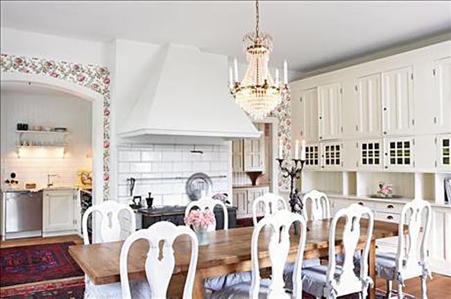 Оригинальный дизайн интерьера кухни-столовой в белой гамме