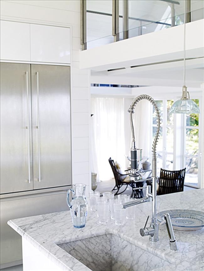 Мраморная столешница с серым орнаментом в дизайне белой кухни