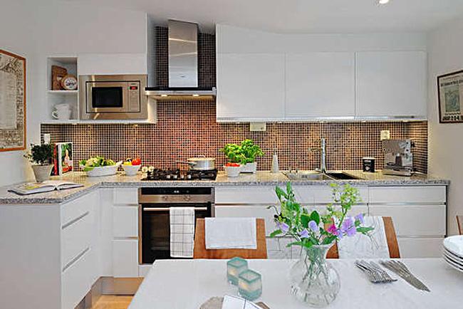 Яркая мозайка фартука в интерьеребелой кухни