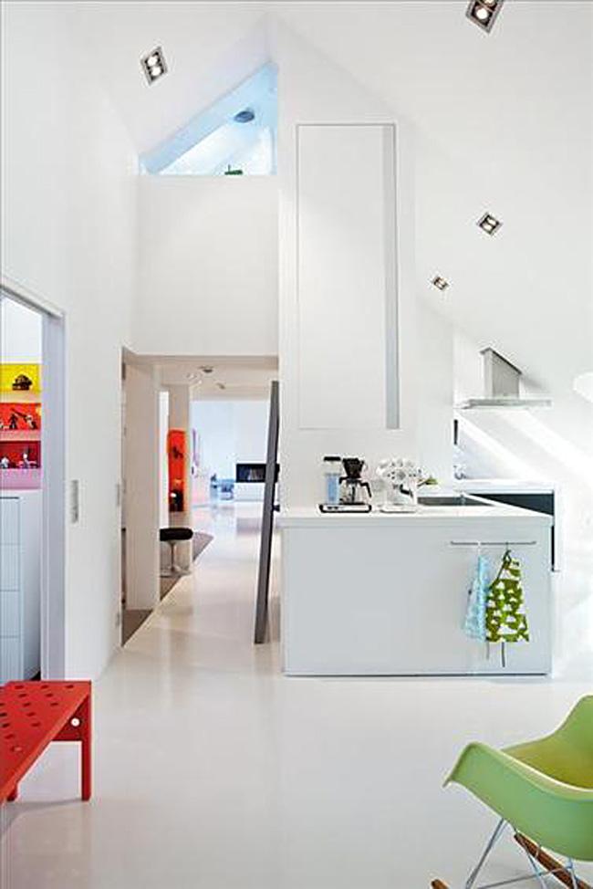 Яркие акценты в интерьере белой кухни