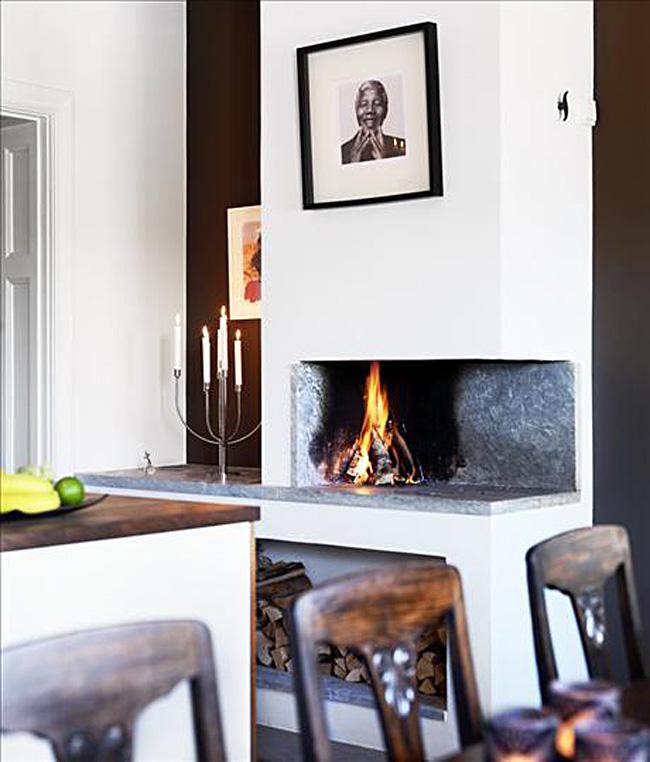 Уютный камин в интерьере белой кухни