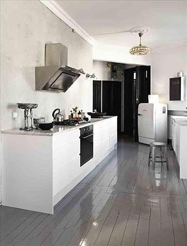 Глянцевый пол тёмно-серого цвета в интерьере белой кухни