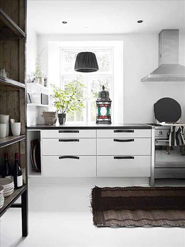 Оригинальный дизайн интерьера кухни в чёрно-белой гамме