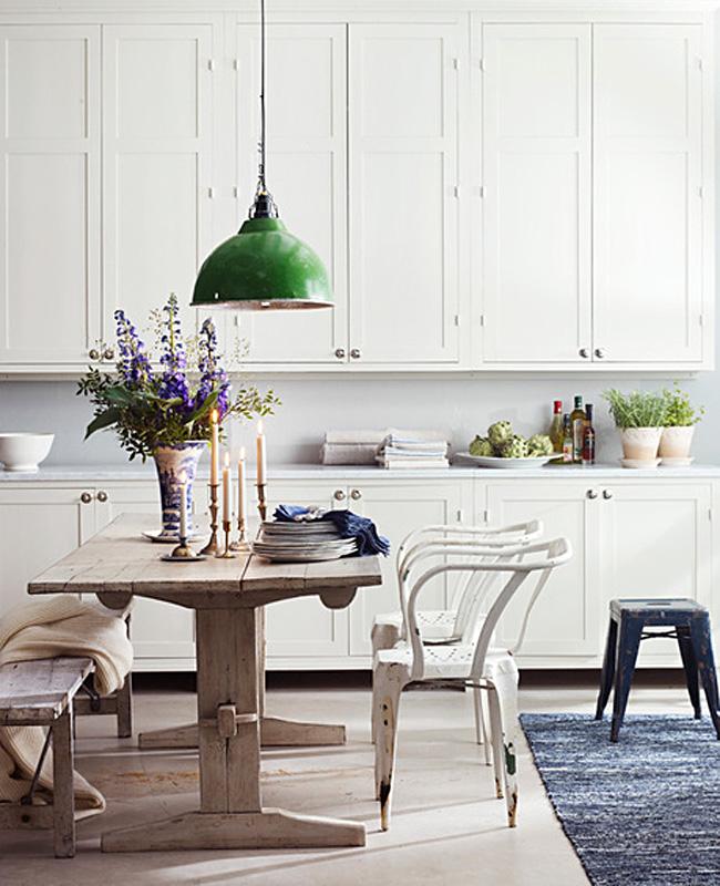 Зелёный подвесной светильник в белом интерьере кухни