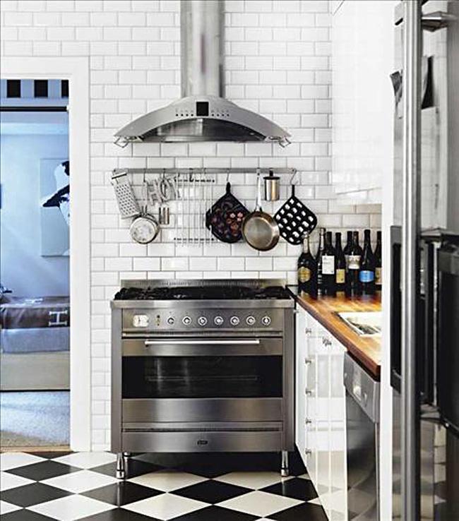 Настенная плитка metro в интерьере белой кухни