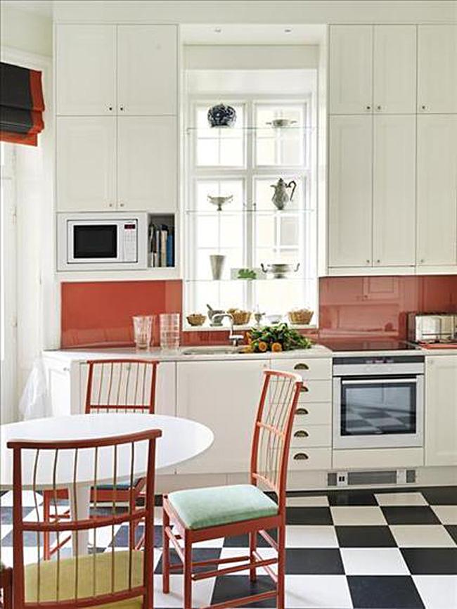 Красный стеклянный фартук в интерьере белой кухни